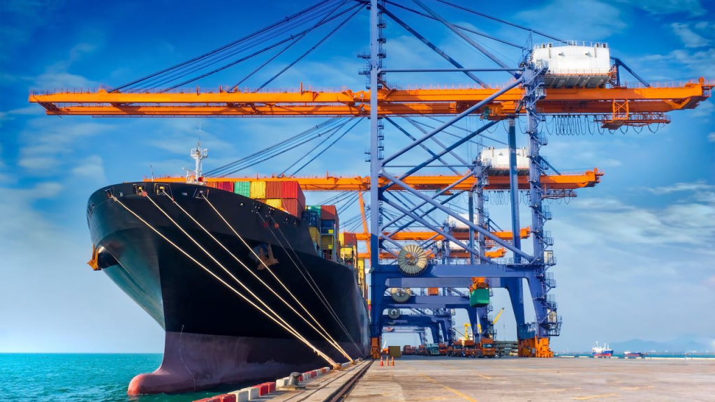 Ein Containerschiff liegt am Ladekai