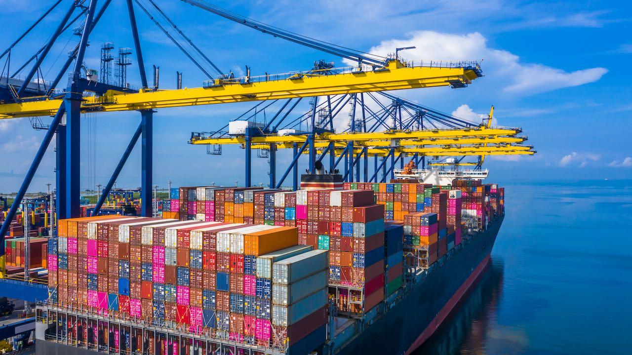 Schiff mit Containern und Ladebrücken