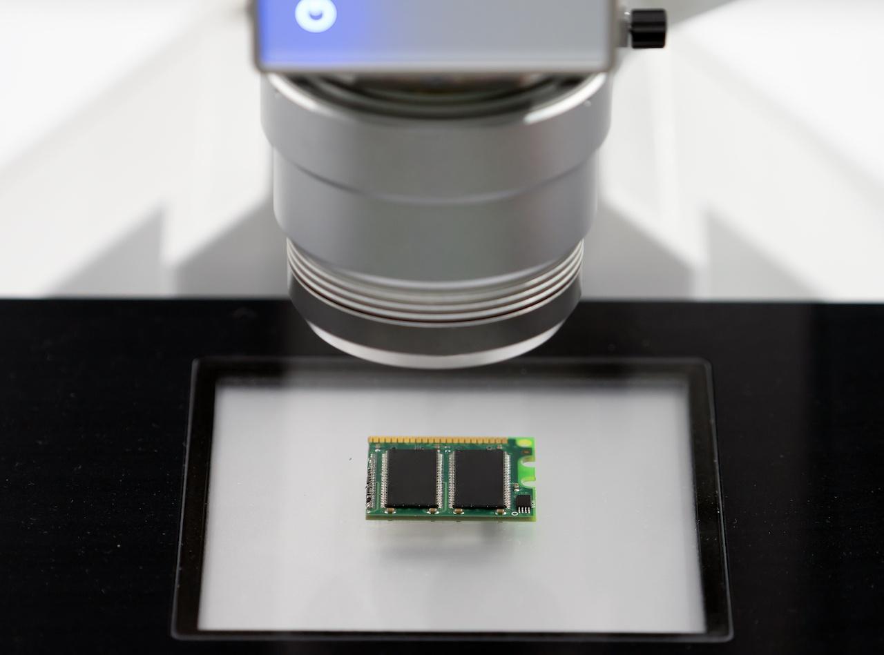 Symbold für die Investition von Fidura bei Senorics: Ein elektronischer Sensor ist auf eine Platine gerichtet.