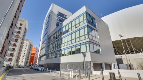 Das Gebäude von Real I.S. in Marseille hat eine helle Fassade und viele Fenster.