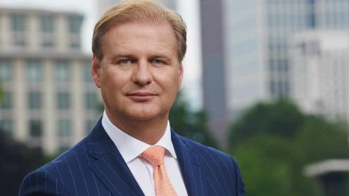 Schroders Manager Achim Küssner vor Hochhäusern im Hintergrundr