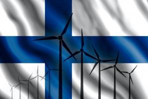 Windräder vor der Flagge Finnlands, wo Commerz Real investiert