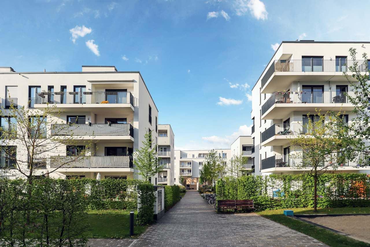 Moderne Häuserblöcke mit Wohnungen