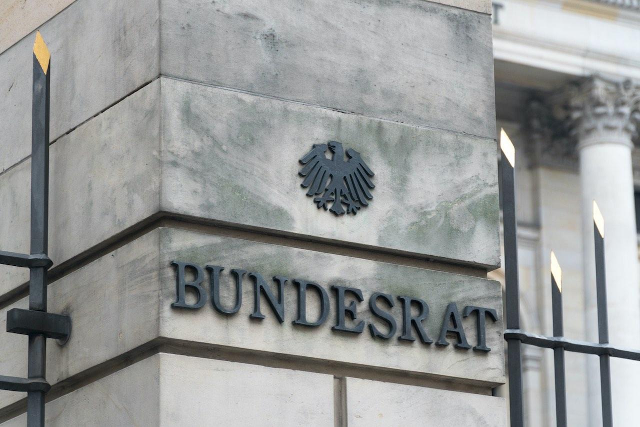 Schriftzug Bundesrat an einem grauen Pfeiler