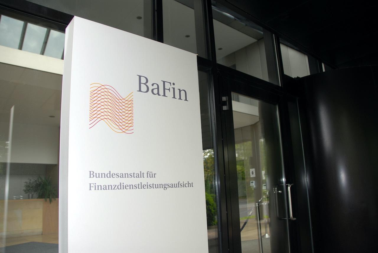 Schild mit BaFin Logo vor dem Eingang der Behörde