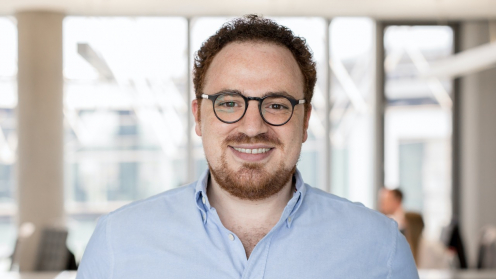 Crowddesk Geschäftsführer El Mallouki vor dem Hintergrund eines Großraumbüros