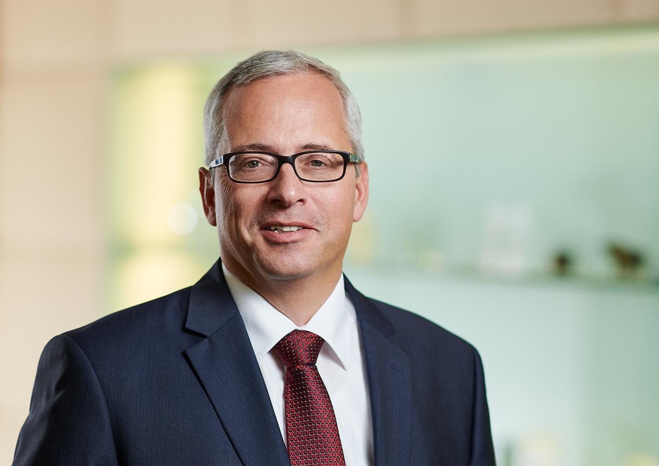 RWB Vorstand Norman Lemke vor dem Hintergrund einer Glasvitrine