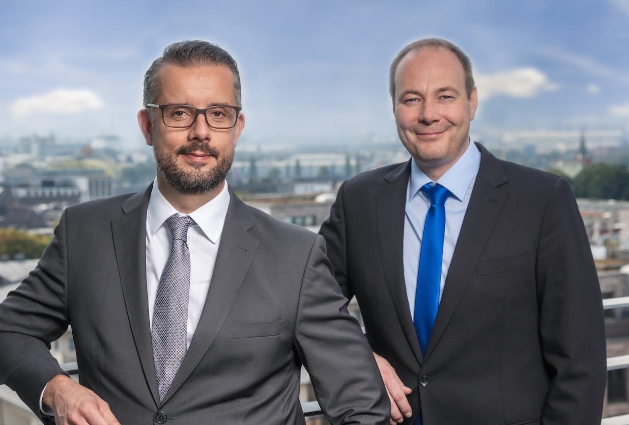 Die beiden Geschäftsführer von Solvium stehen auf einem Balkon