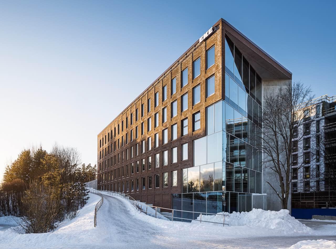 Rötlich-braunes Bürohaus von. Quadoro mit viel Glas, noch im Schnee