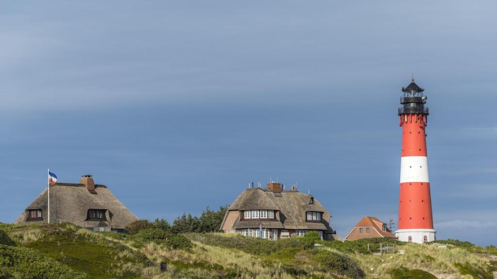 Leuchtturm mit reetgedeckten Häusern, Hörnum, Sylt, Nordfriesland, Schleswig-Holstein, Deutschland, Europa