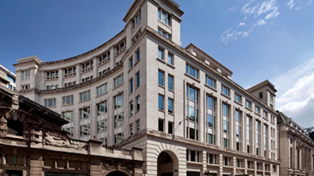 Das von DWS verlaufte Haus in London mit blauem Himmel