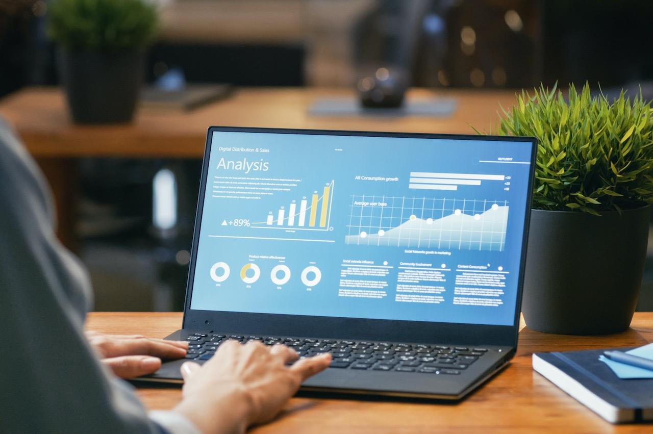 Blick auf einen Laptop mit Kalkulationen als Symbol für Fondsdepotbank