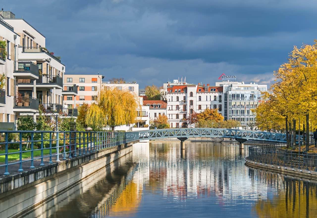 Mehrfamilienhäuser an einem Kanal als Symbolbild für die Deloitte Studie