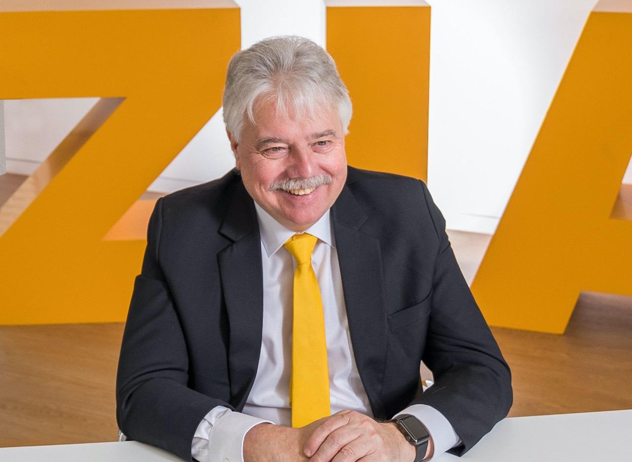 ZIA-Präsident Andreas Mattner vor den Buchstaben des Verbands