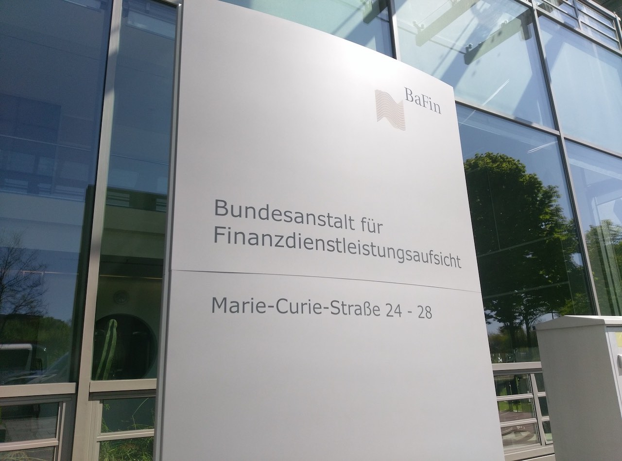 BaFin Logo vor dem Eingang der Behörde in Frankfurt