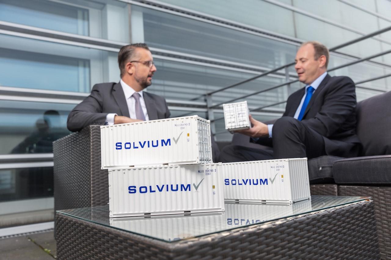 Solvium-Geschäftsführer Marc Schumann und André Wreth mit Miniatur-Containermodellen.