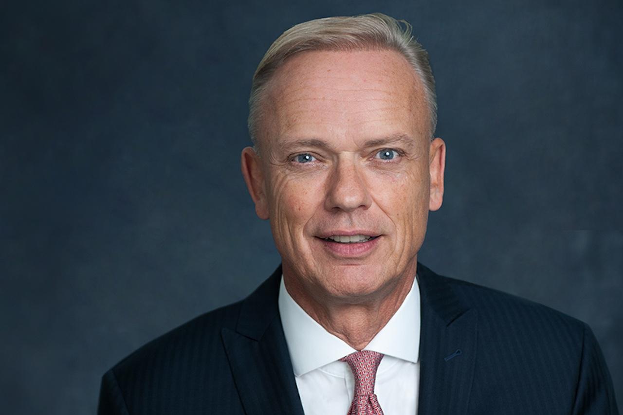 Capital Bay CEO Rolf Engel vor schwarzem Hintergrund