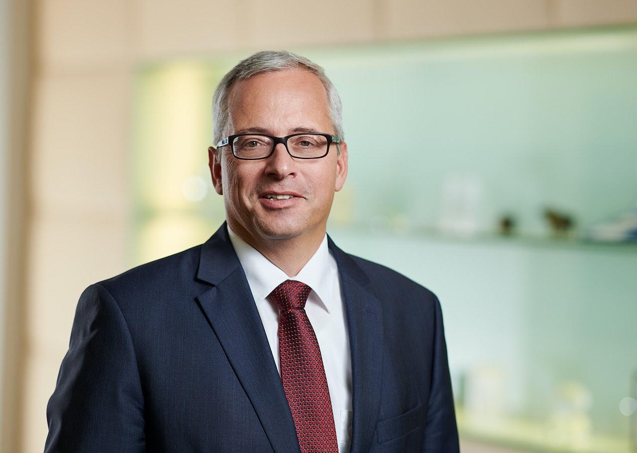 RWB Vorstand Norman Lemke vor einer Glasvitrine