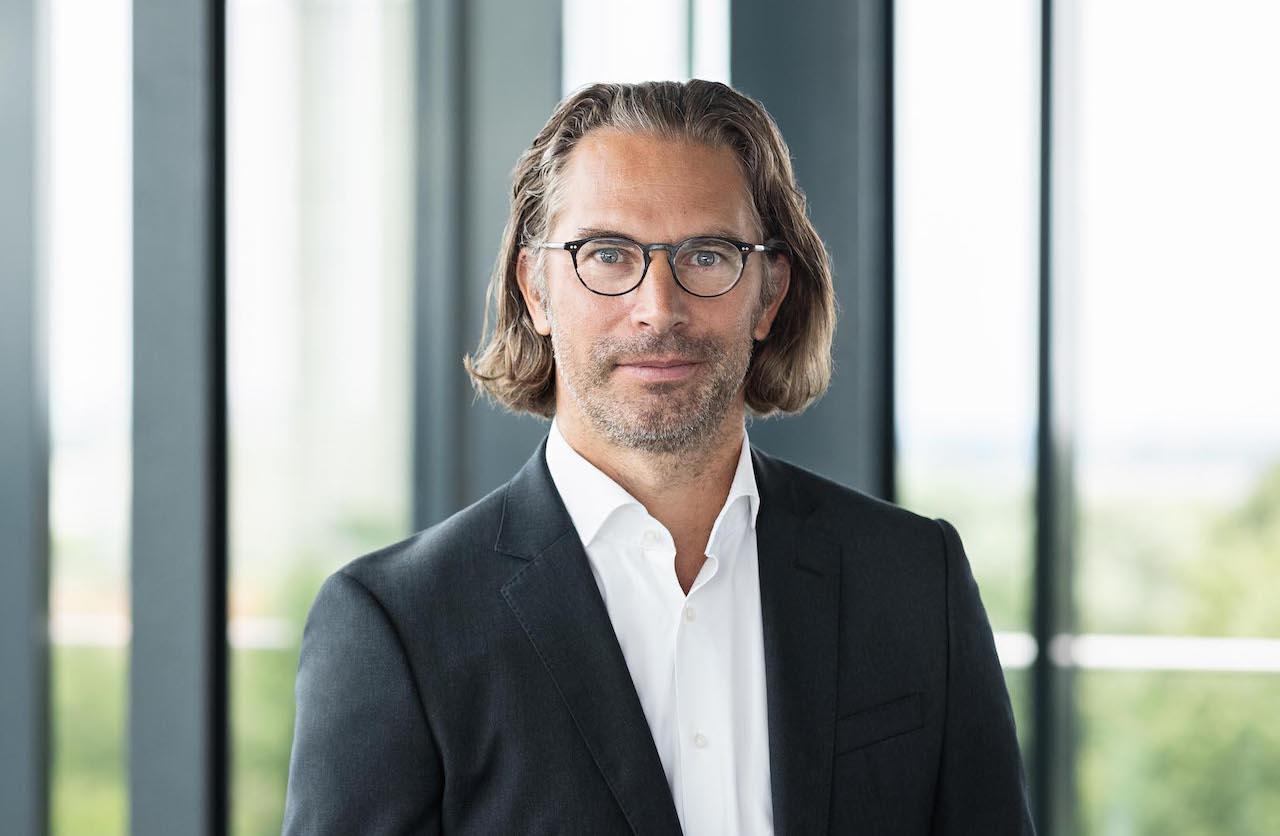 Der neue Paribus Manager Florian Sauer vor Panorama-Fenstern