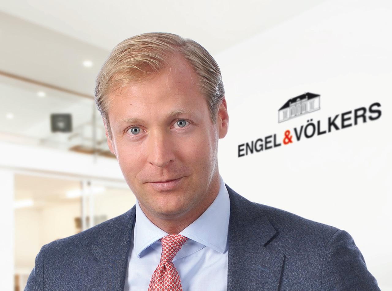 Vorstands-Chef Sven Odia vor dem Engel & Völkers Logo