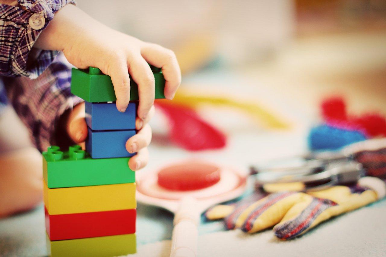 Kind mit Legosteinen