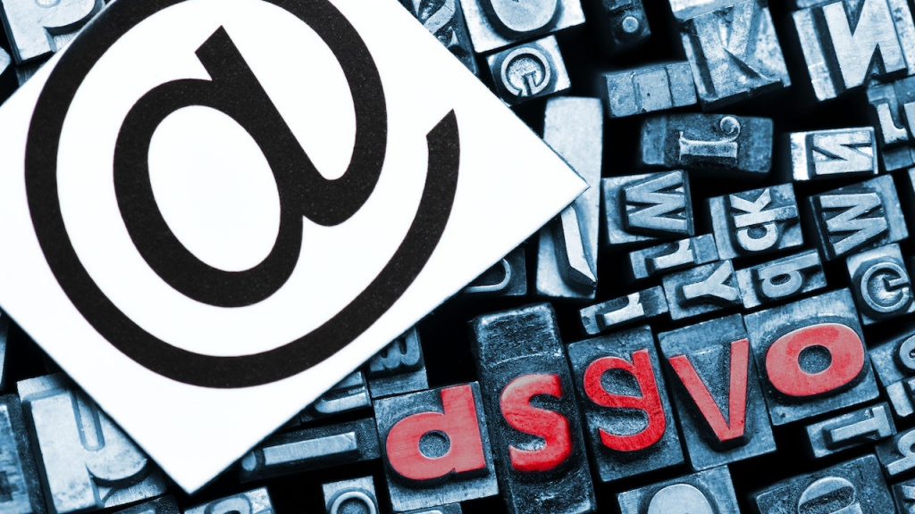 Kürzel DSGVO aus Bleilettern und At-Zeichen, Datenschutz-Grundverordnung