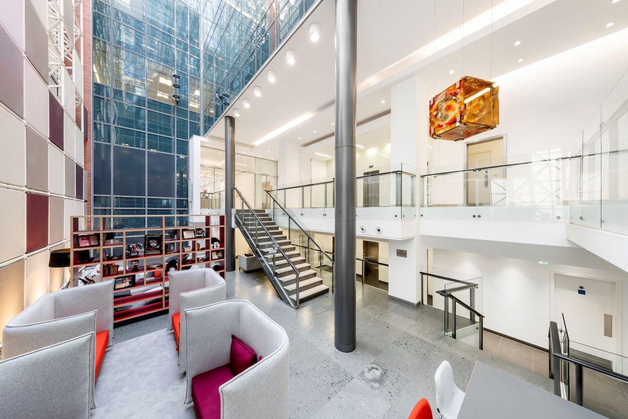 Mehrstöckige Einganghalle des KGAL Objekts in London