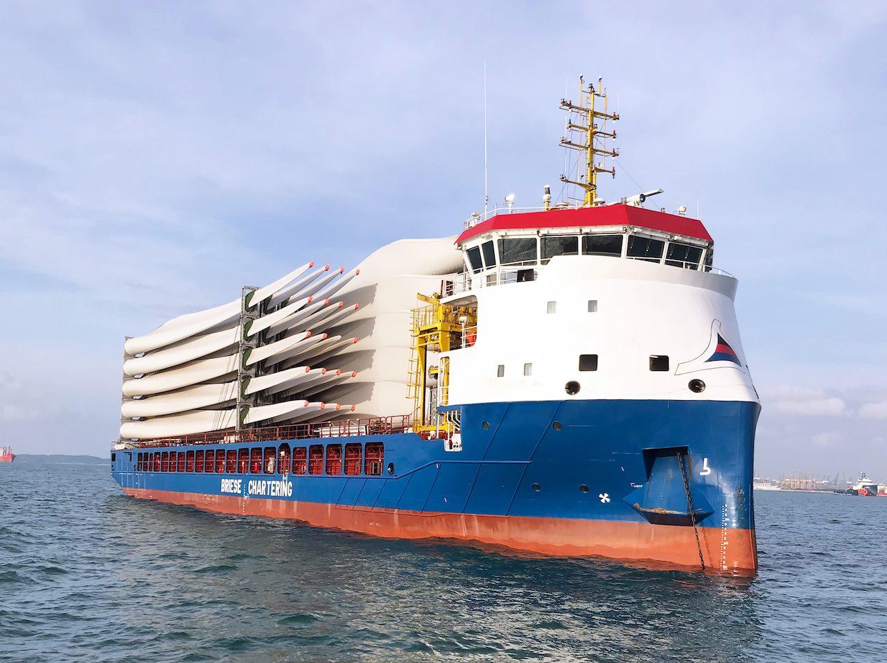 Von Oltmann platzierter Frachter mit Flügeln für Windenergieanlagen beladen