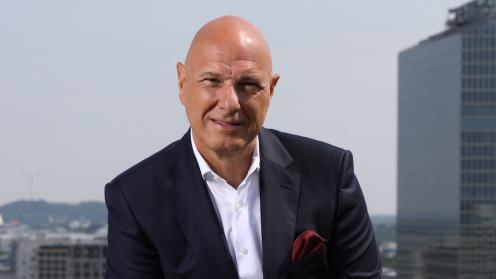Deutsche Finance Geschäftsführer Theodor Randelshofer vor dem Hintergrund von Bürohäusern