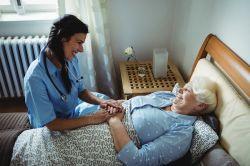Pflege: Nur einer von Vieren lebt nicht zu Hause