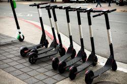 E-Scooter im Straßentest: Die Bayerische sichert Feldversuch ab