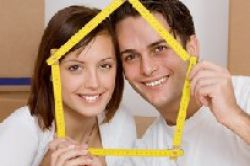 Immobilienmakler stehen auf junge Paare