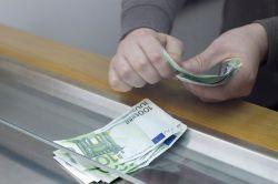 Darf Geldabheben am Schalter extra kosten?