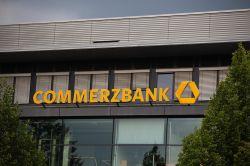 Konzernumbau und Kundenwerbung halten Commerzbank auf Kurs