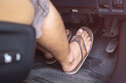 Ist das Autofahren mit Flip-Flops verboten?