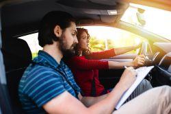 Vorsicht bei vorausfahrendem Fahrschulfahrzeug