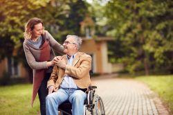 Ein Pflegegeld wie das Elterngeld? Sozialverband regt Debatte an