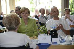 Merkel besucht Altenheim: Pflegeberuf durch gute Löhne stärken